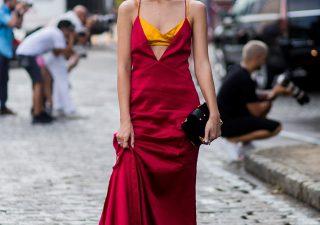 stylizacja czerwona sukienka
